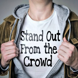 Man laat t-shirt opdruk zien: stand out from the crowd
